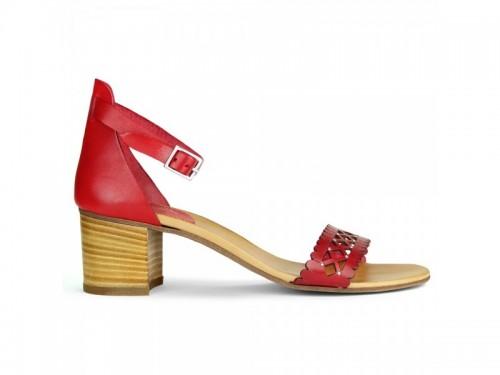 Sandali in vera pelle laserata con borchie rosso