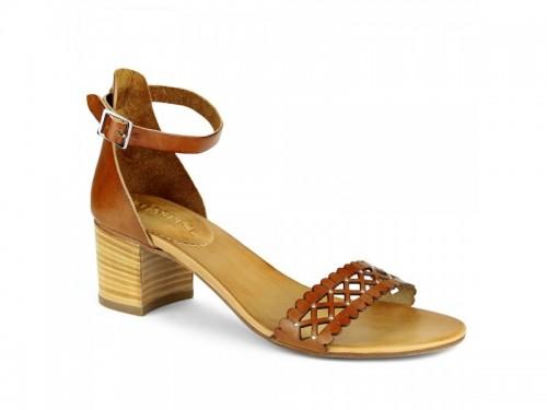 Sandali in vera pelle laserata con borchie cuoio